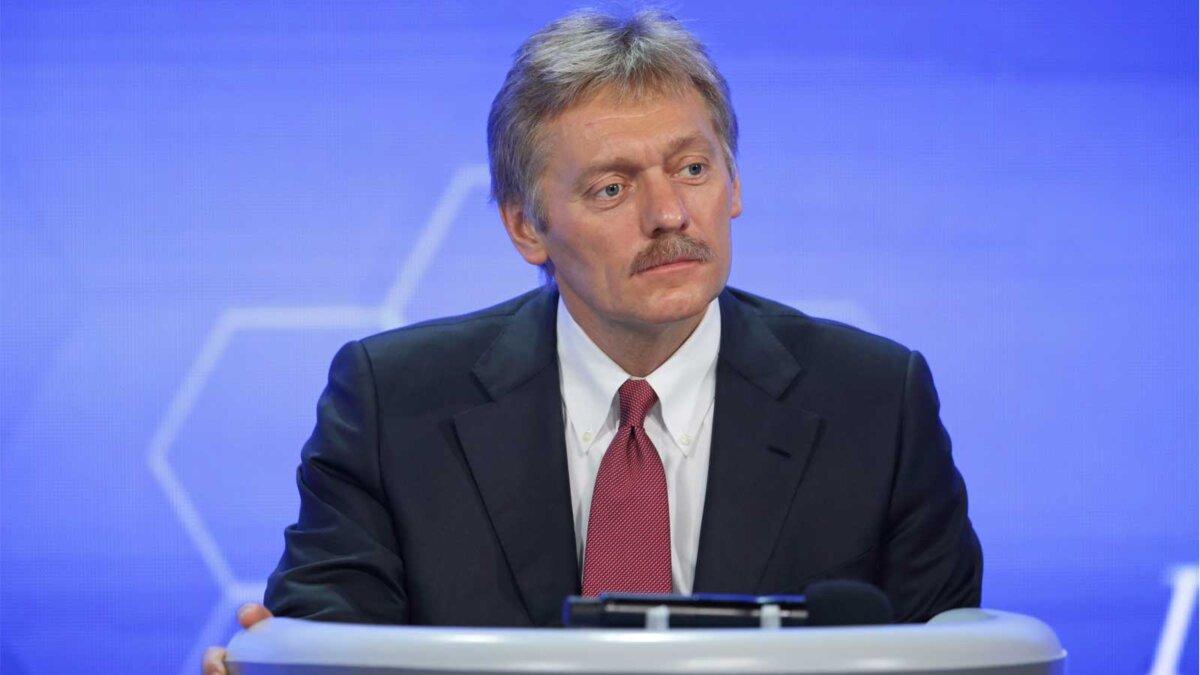 Пресс-секретарь президента РФ Дмитрий Песков смотрит