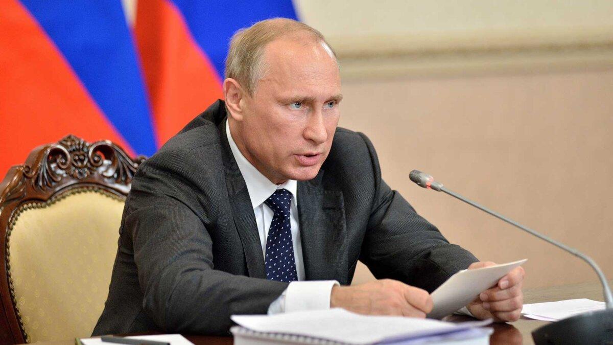 Путин Владимир говорит за столом