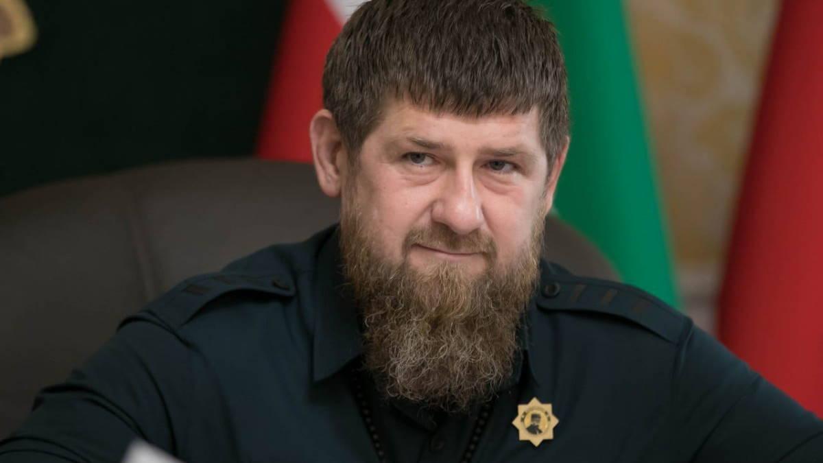 Рамзан Кадыров на фоне флага