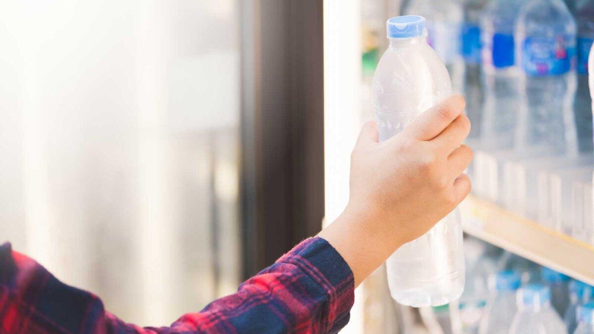 Рука вода в бутылке