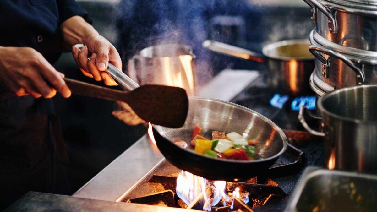Руки варить овощи на сковороде