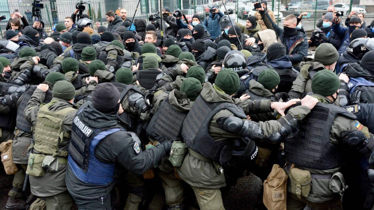 Акция протеста украинских националистов у здания телеканала Наш в Киеве