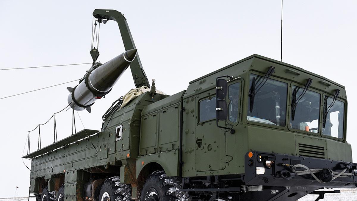 ТЗМ в процессе выгрузки ракеты ЗРК Искандер