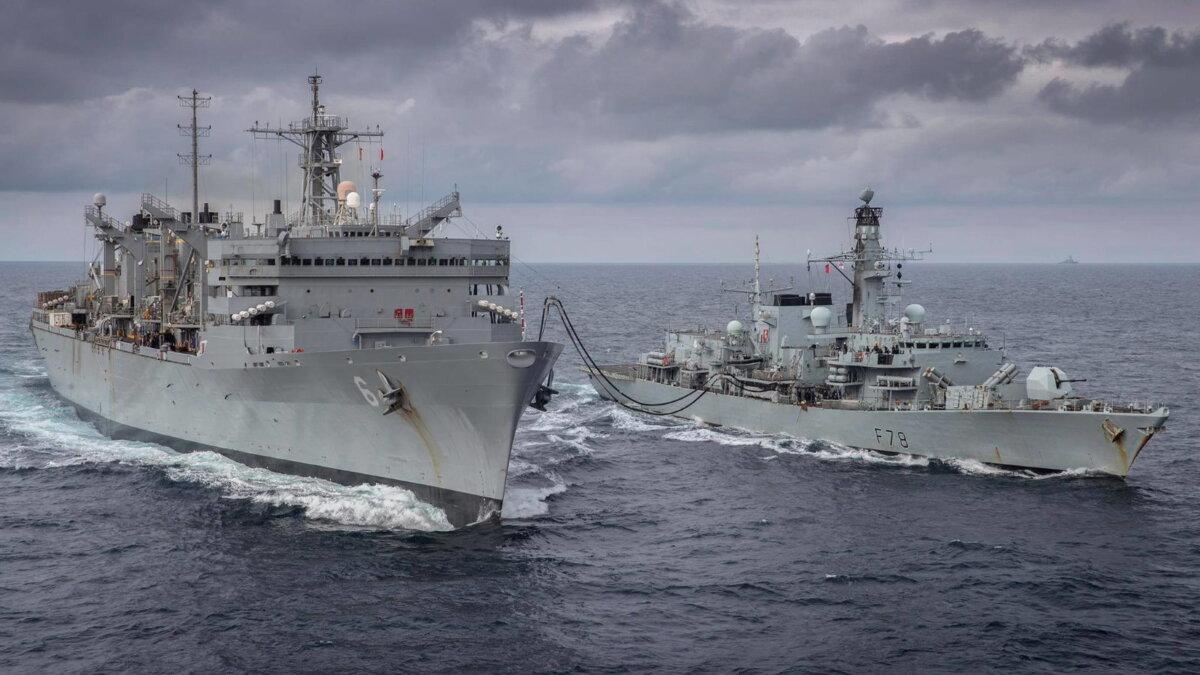 Корабль быстрого боевого обеспечения USNS Supply T-AOE-6 и фрегат класса Duke HMS Kent F78