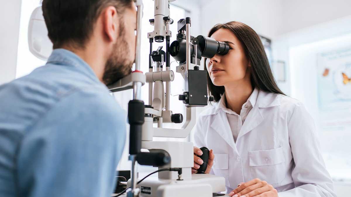 Женщина врач офтальмолог проверяет зрение ophthalmologist