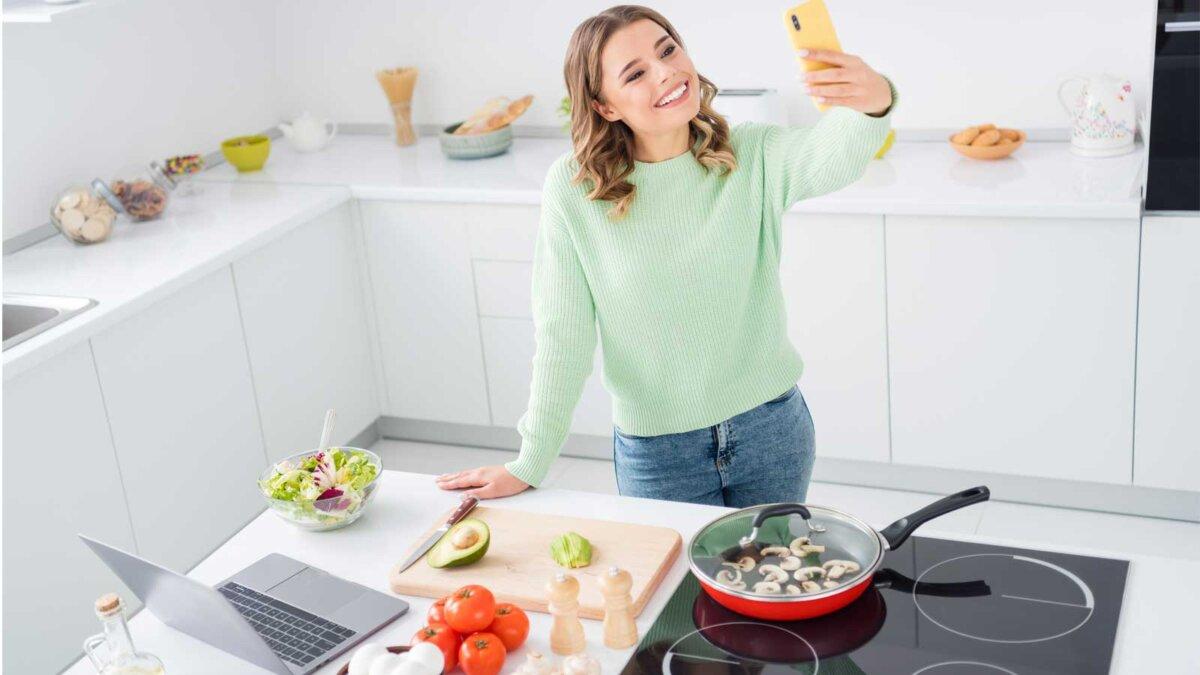 Женщина завтрак помидоры грибы авокадо яйца