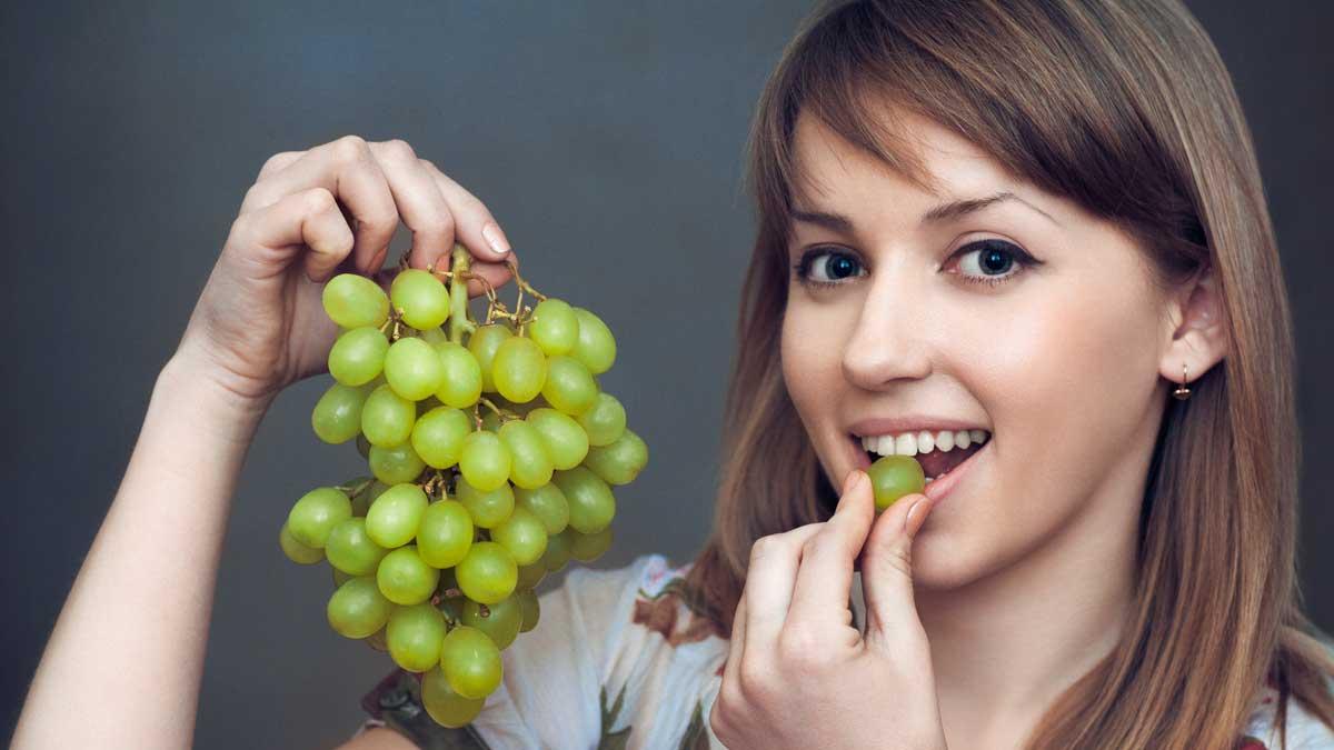 девушка ест зеленый виноград