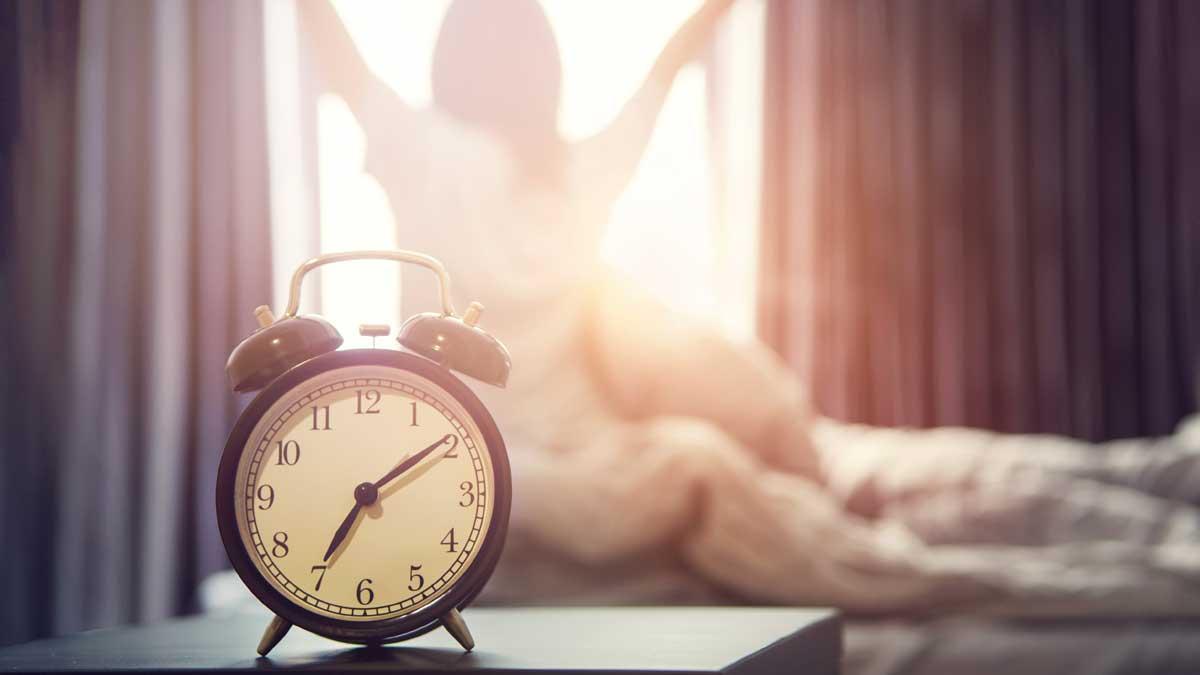 девушка утро кровать будильник солнце