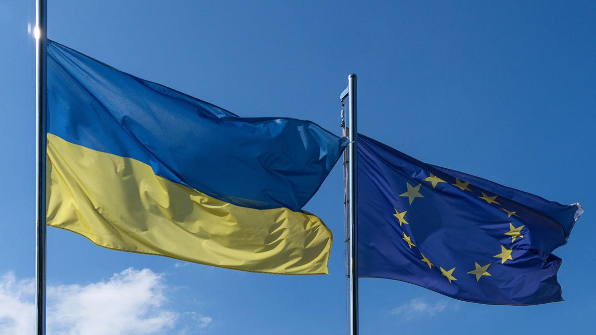 флаги украины и евросоюза европа
