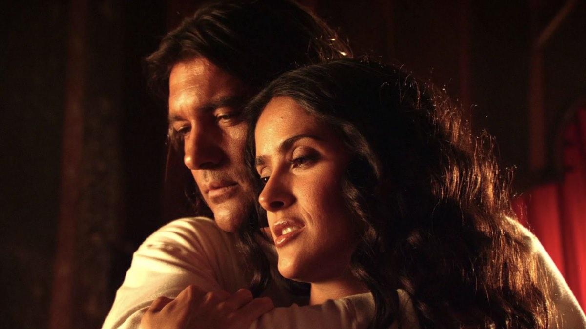 Сальма Хайек с Антонио Бандерасом в боевике Роберта Родригеса «Отчаянный»