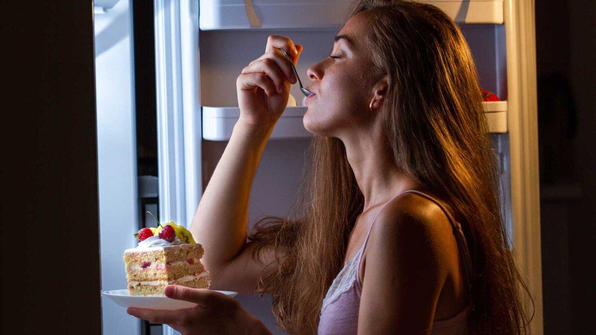 холодильник еда ночью девушка