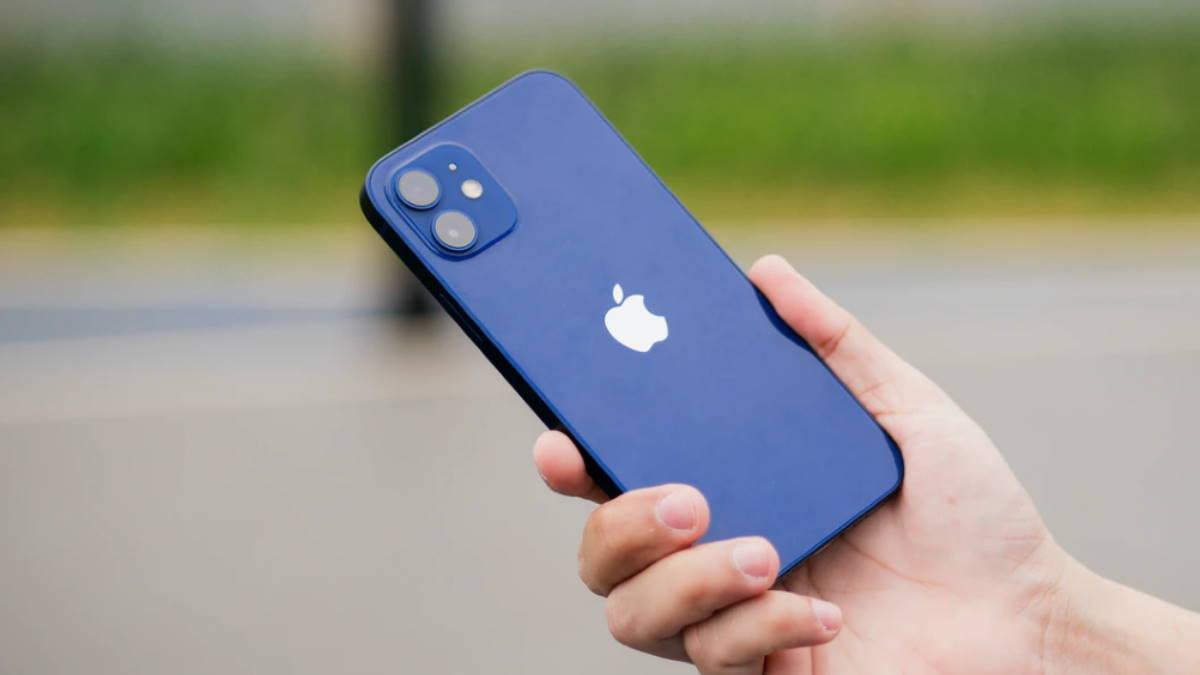 Apple iPhone 12 в руке