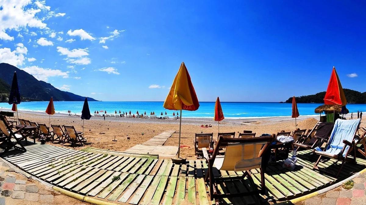 пустой турецкий пляж