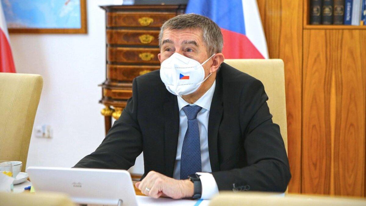 Премьер-министр Чехии Андрей Бабиш в маске