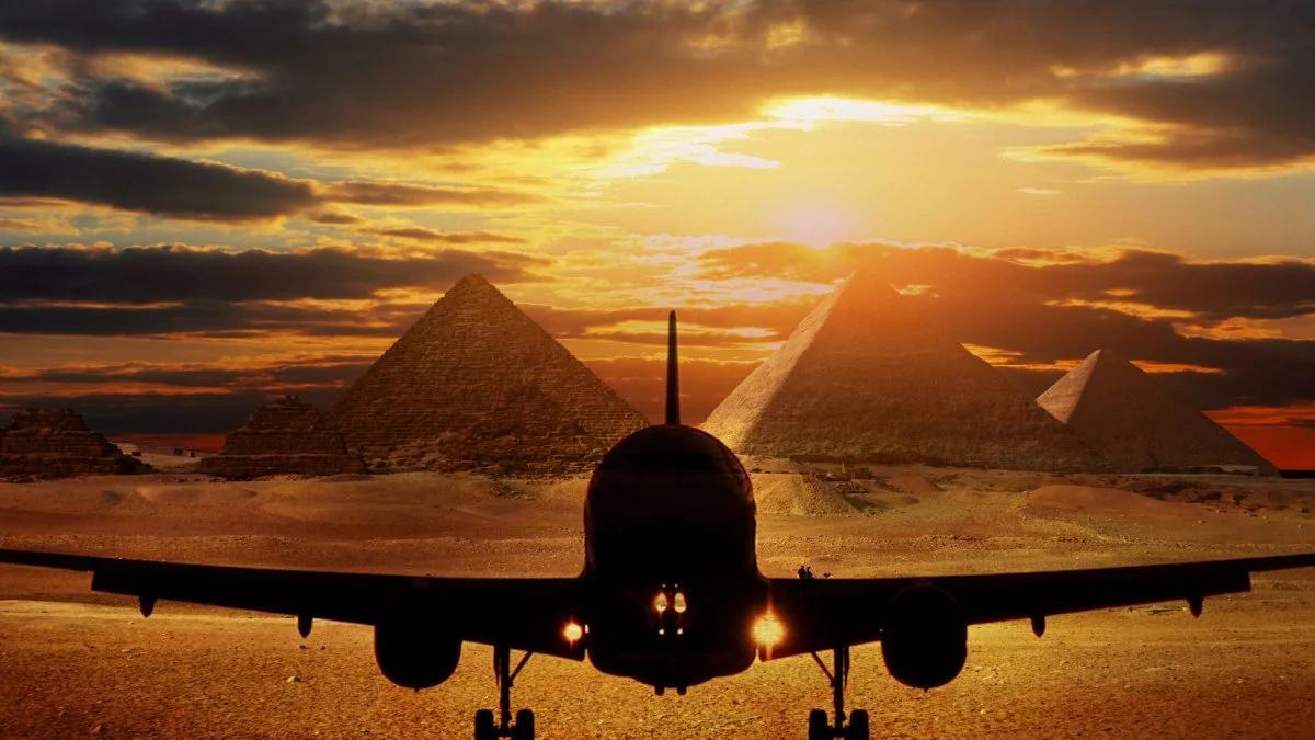 самолет и пирамиды
