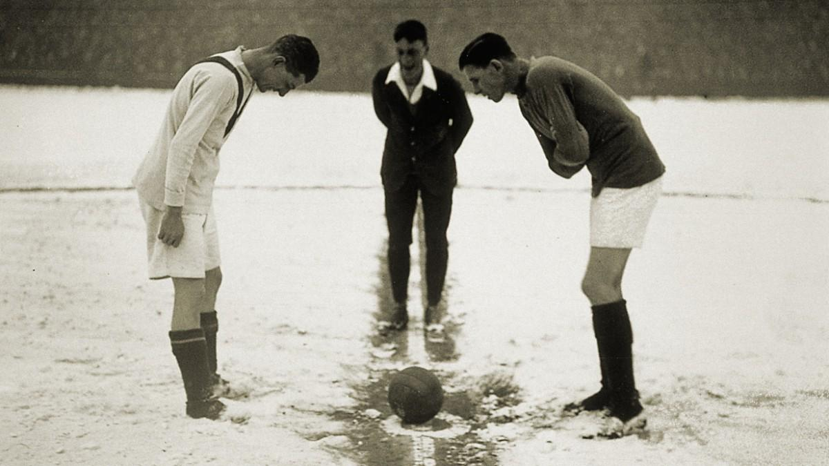 футбол зимой архивное фото