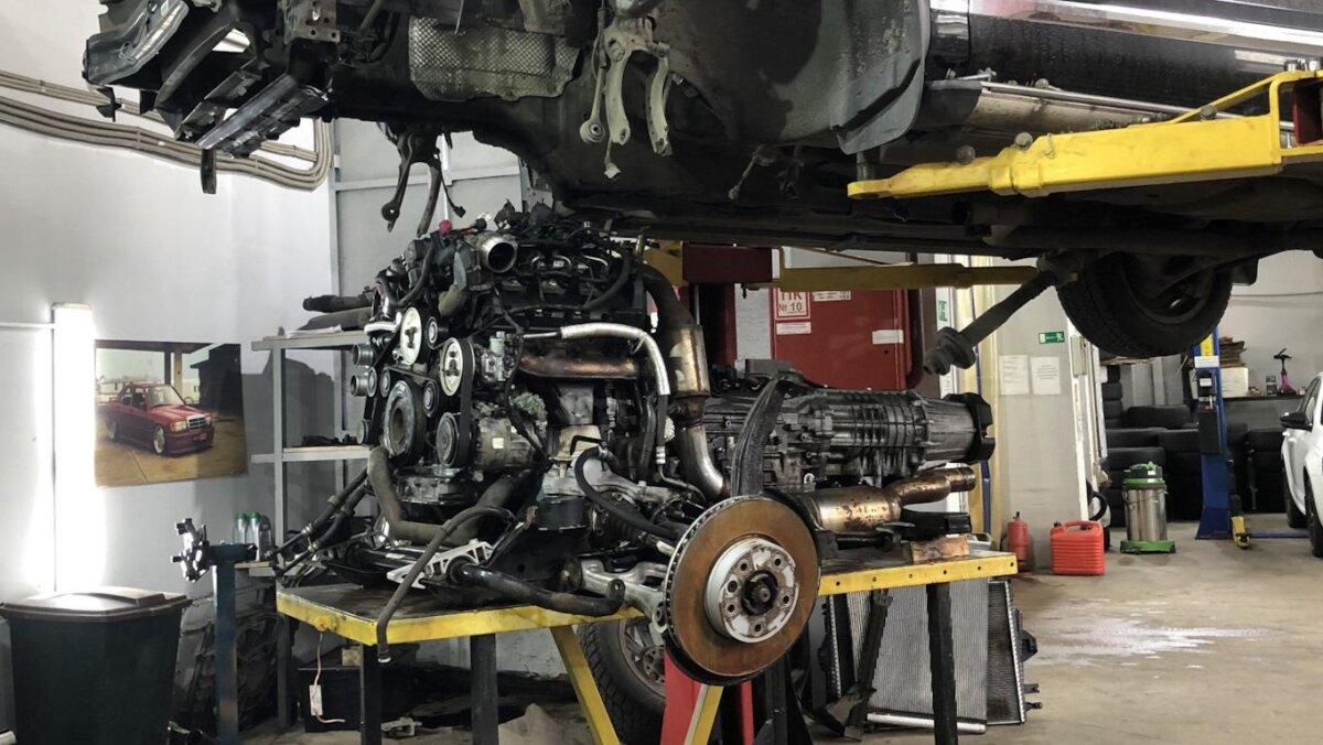 снятый с автомобиля двигатель