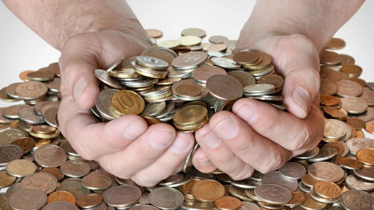 куча монет рублей в руках