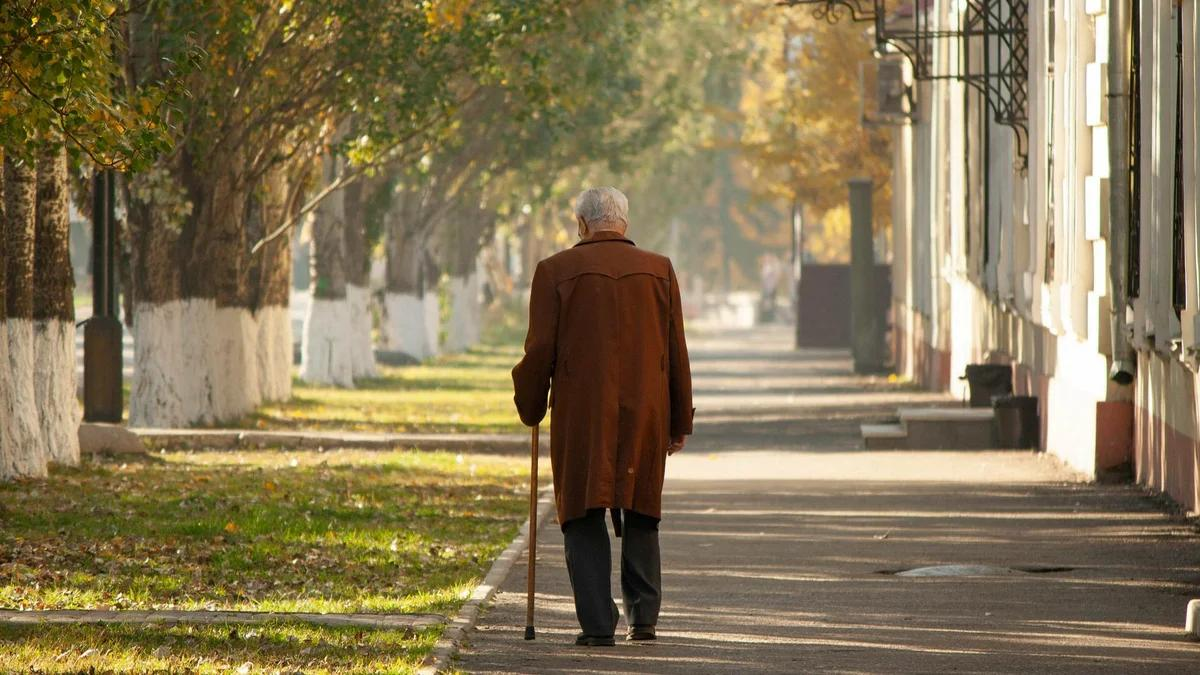 пожилой человек идет по улице