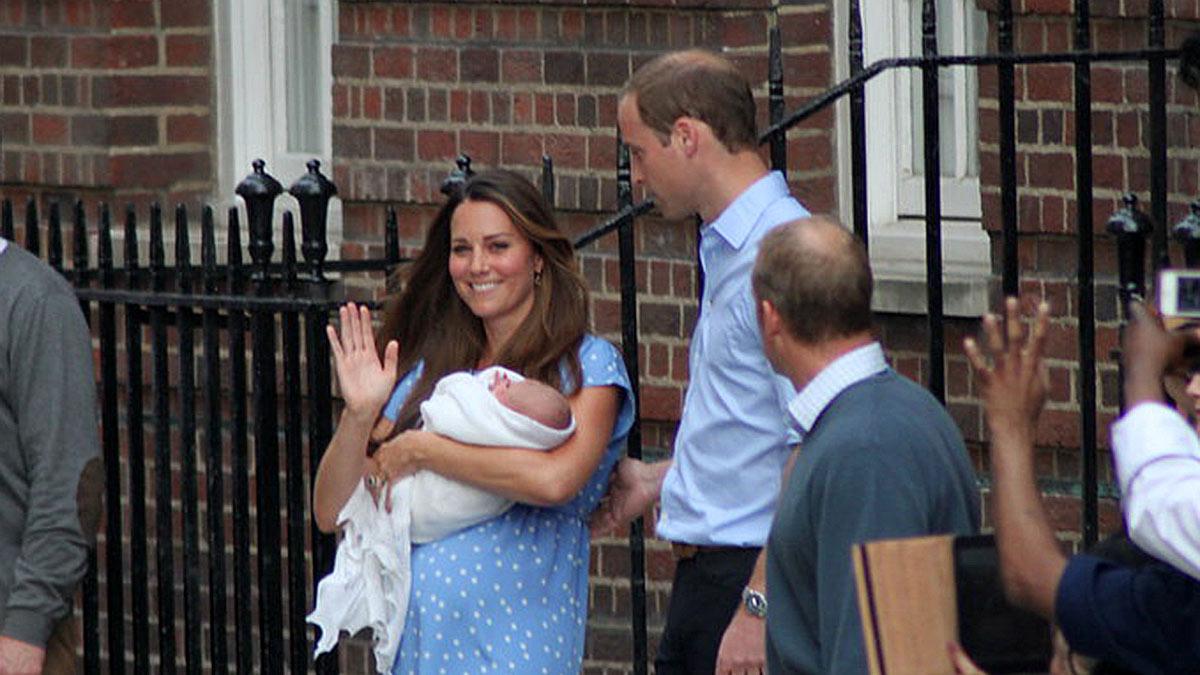 Принц Уильям и Кейт Миддлтон с ребенком на руках