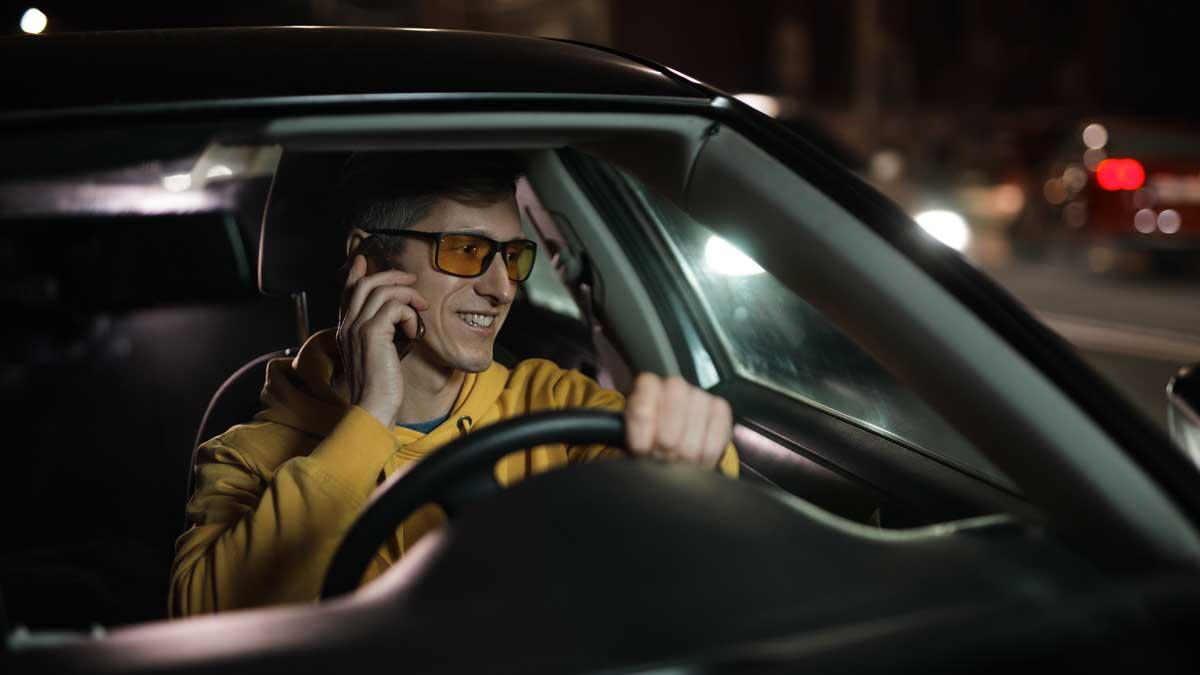 мужчина ночью в очках за рулем