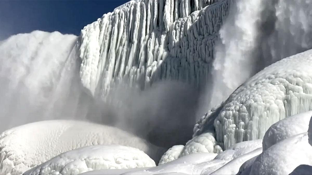 Ниагарский водопад в США замерз из-за сильных морозов