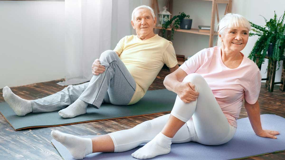 пожилые люди делают зарядку