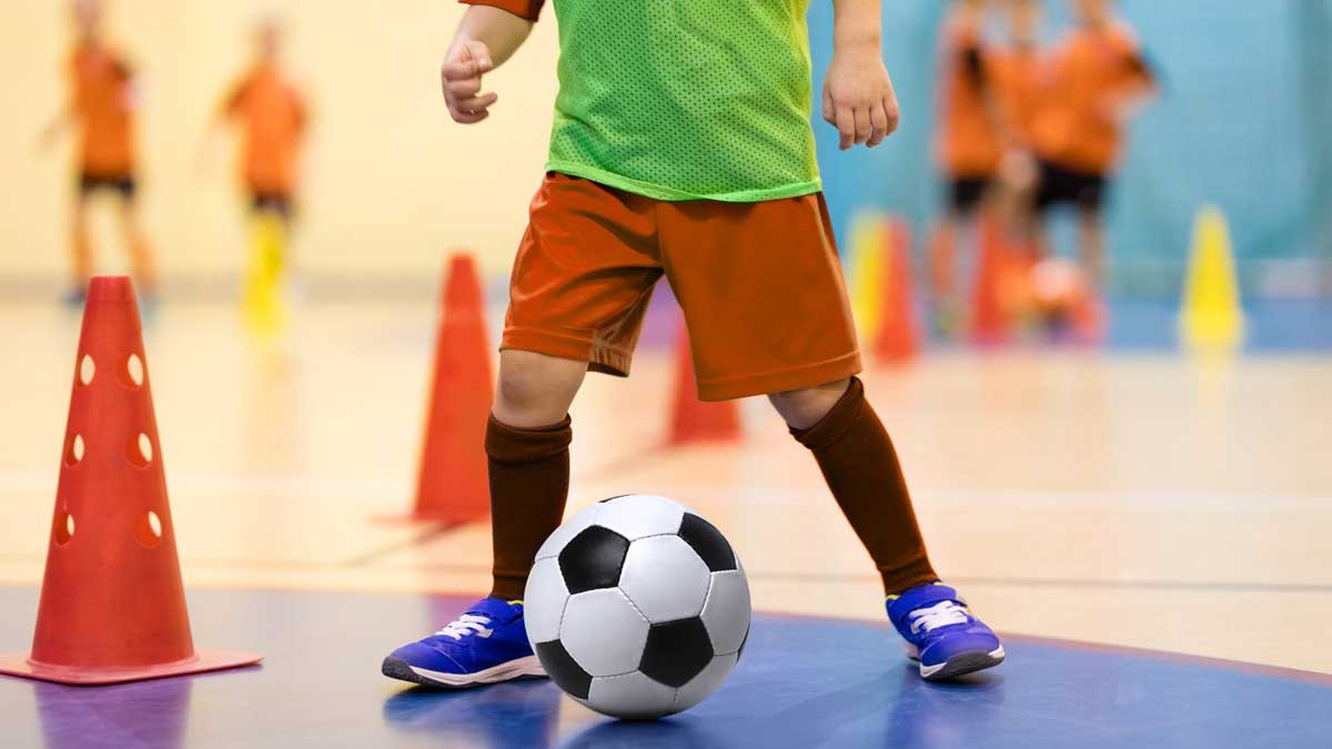 ребенок футбол мяч тренировка спортзал конус
