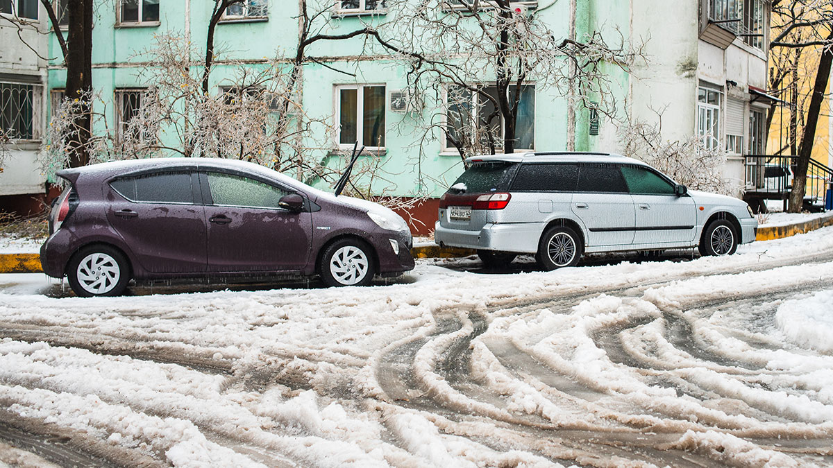автомобили во дворе зимой