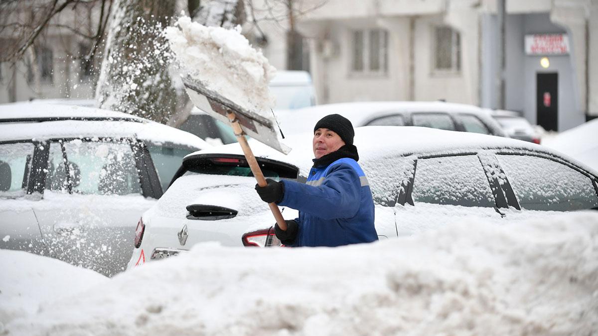 Работы по уборке дворов и парковок от снега в Москве