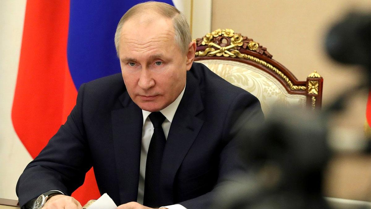 владимир путин выступление на камеру крупный план флаг россии
