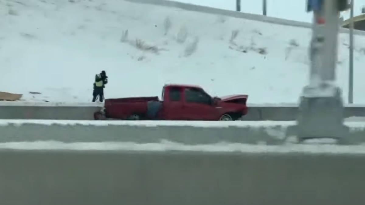 водитель пикапа выжил после падения с 20-метровой эстакады