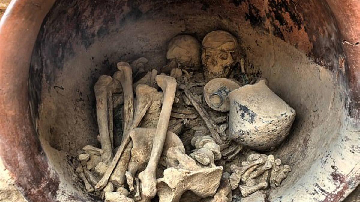 Скелеты женщины и мужчины в сосуде