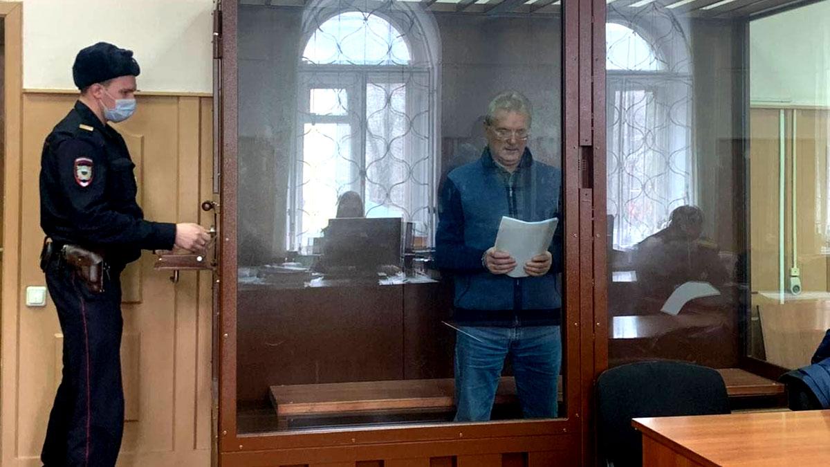 Губернатор Пензенской области Белозерцев в зале суда перед заседанием по делу о взятке
