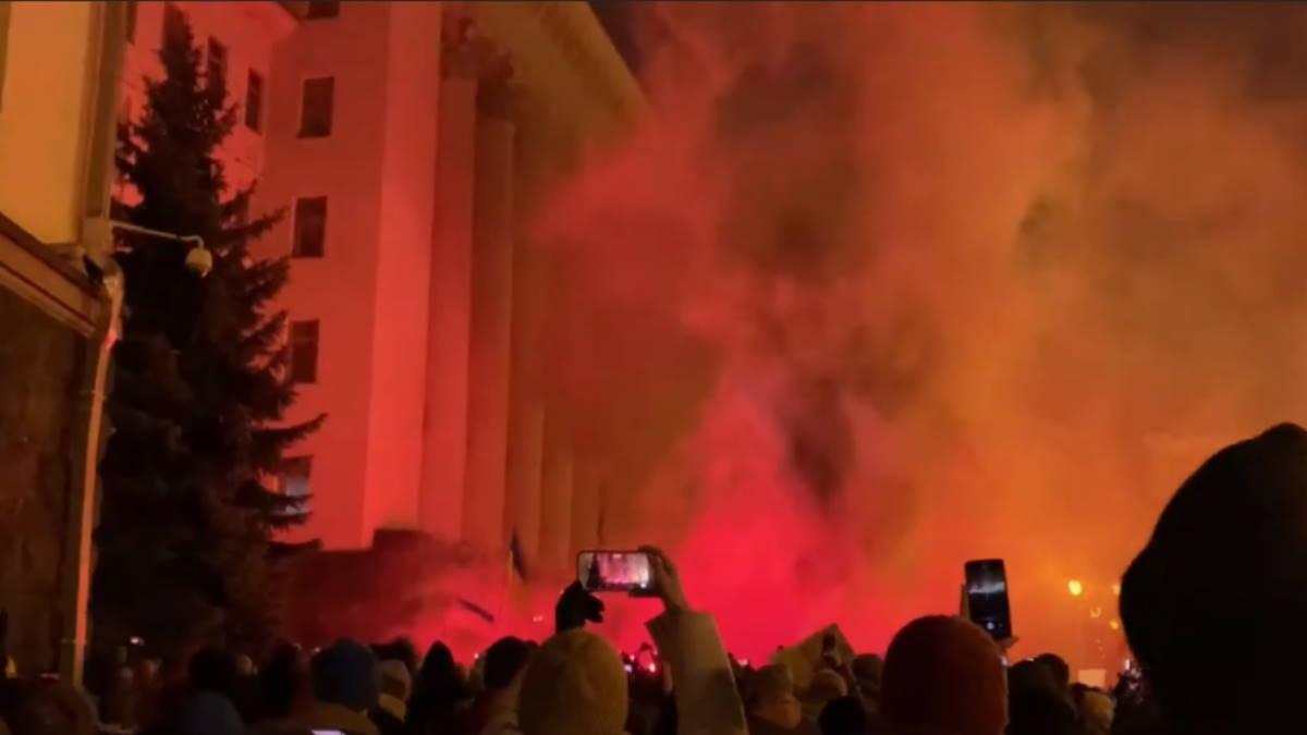 Офис Президента Украины забросали петардами