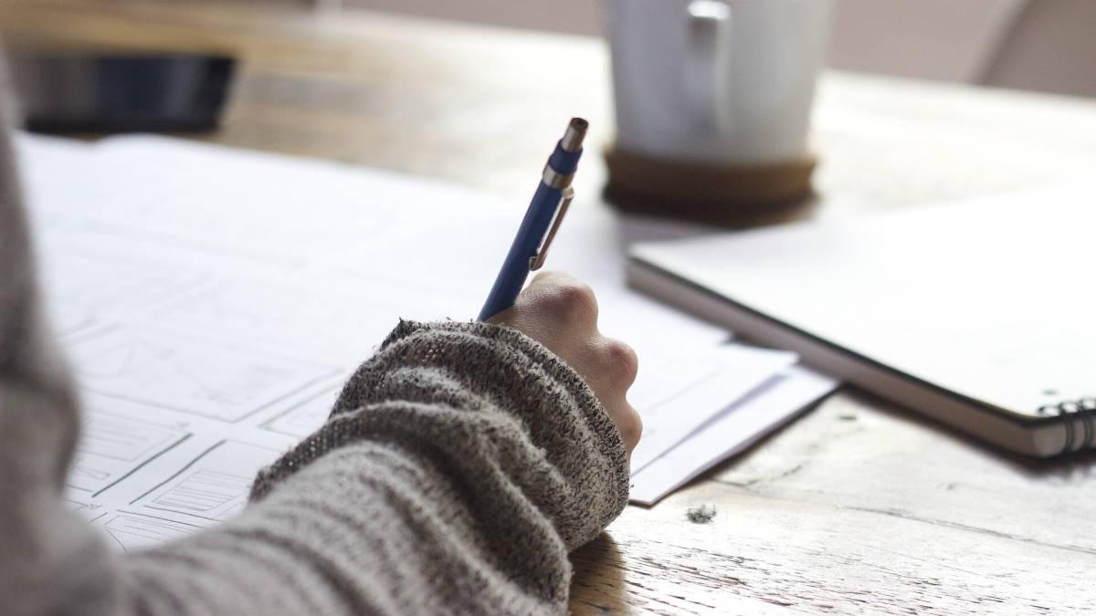Писать ручкой на бумаге