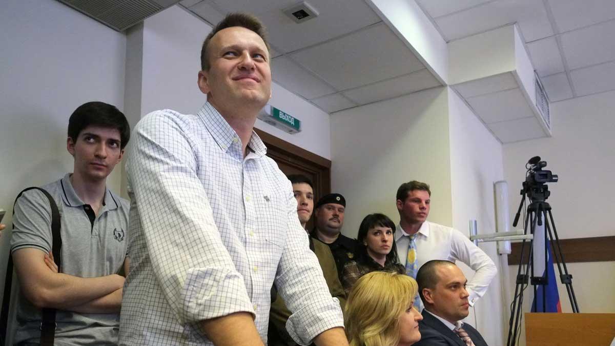 Алексей Навальный улыбается в суде