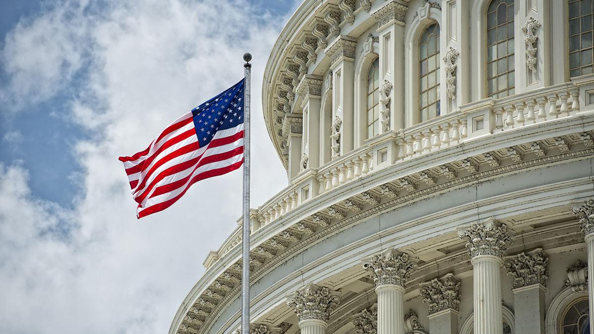 здание Капитолия и флаг США крупно вашингтон