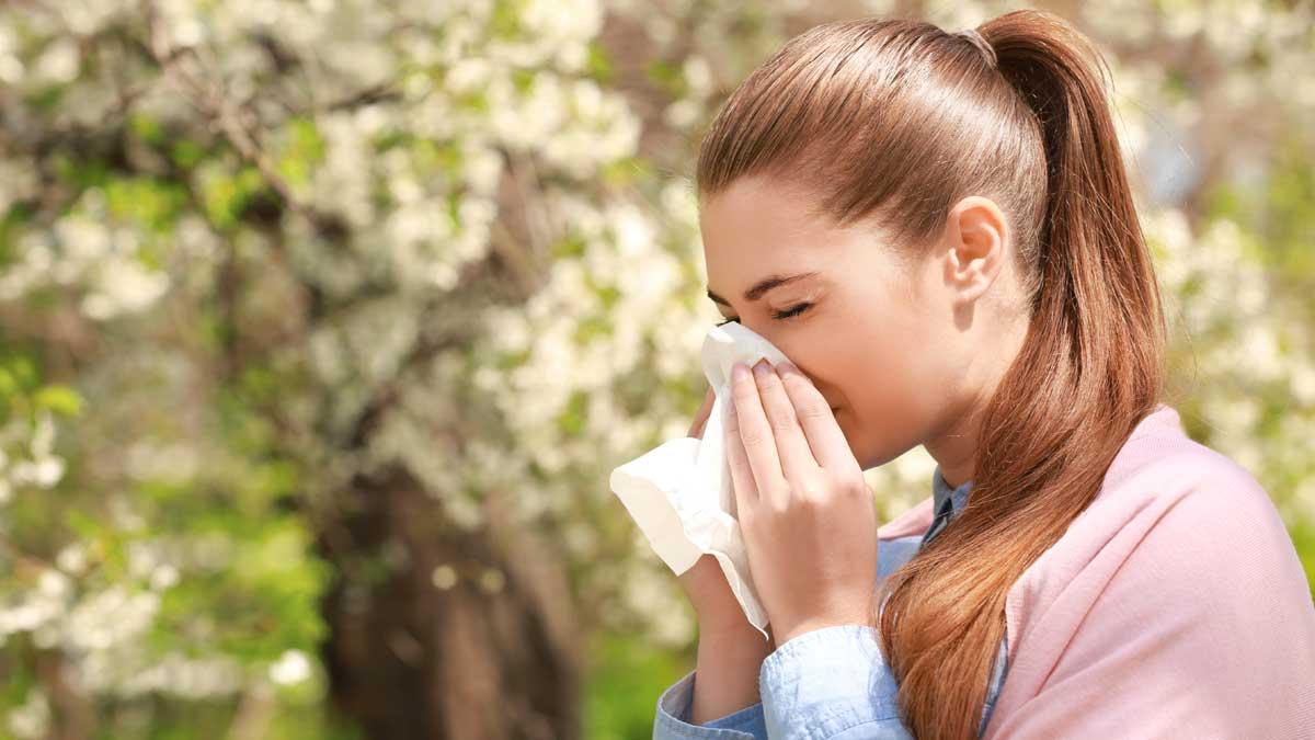 Чихание молодая девушка аллергия весна