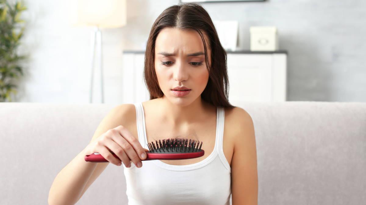 Выпадение волос девушка