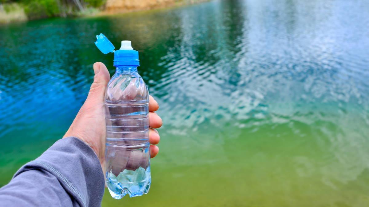Бутылка питьевой воды водоём