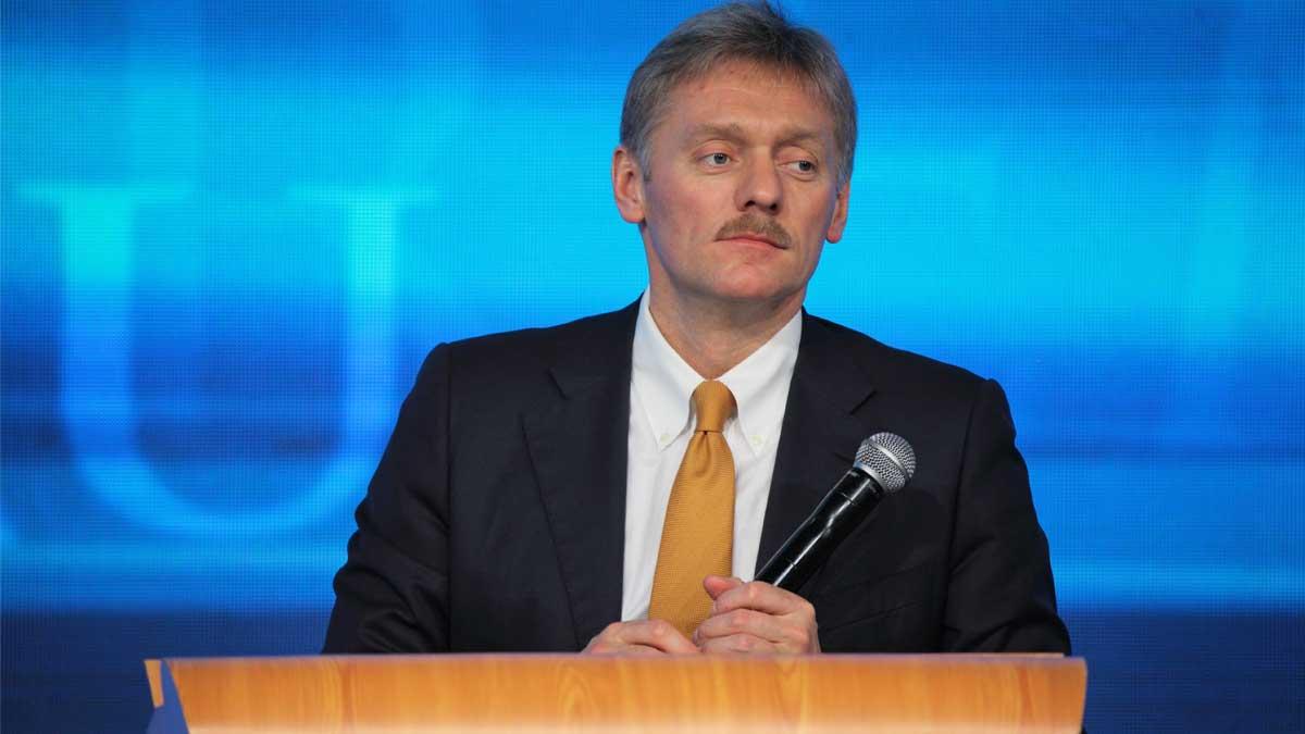 Дмитрий Песков с микрофоном