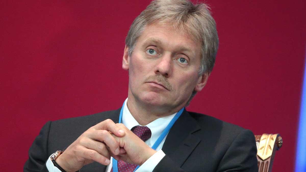 Дмитрий Песков сидит на стуле и молчит