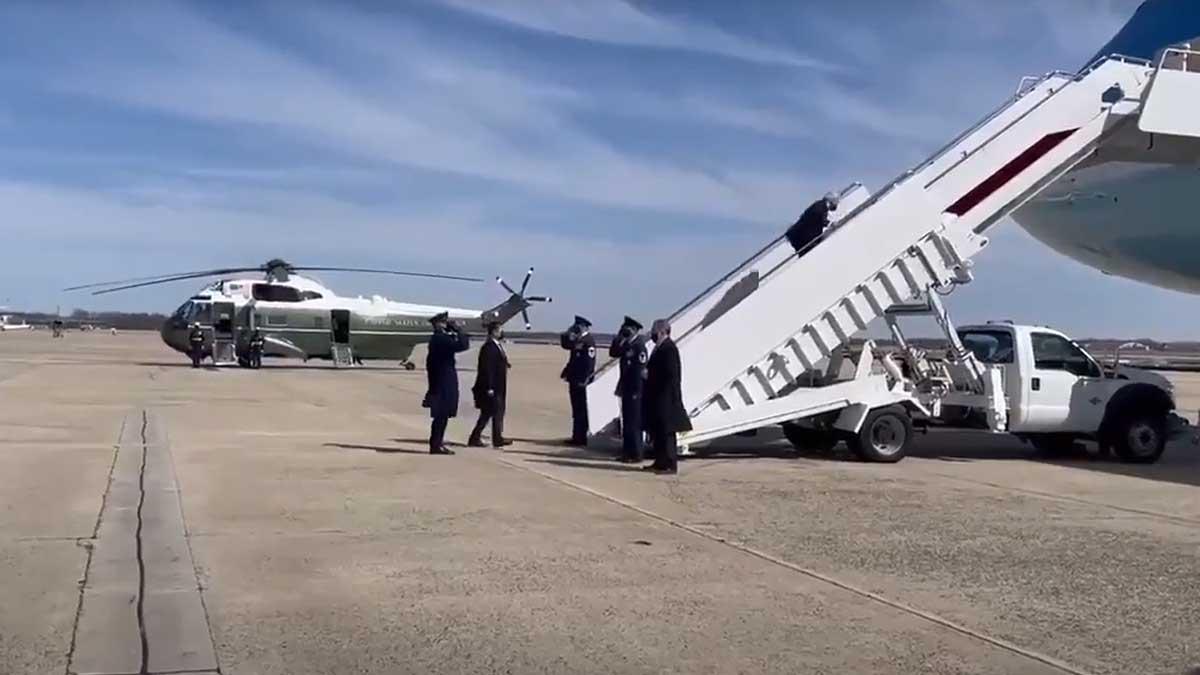 Джо Байден после падения на трапе самолета