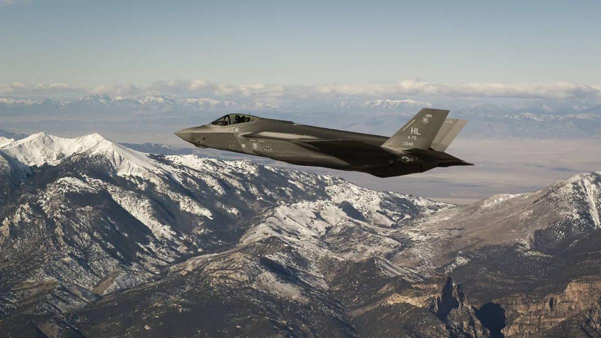 Американский истребитель-бомбардировщик F-35 Lightning ll