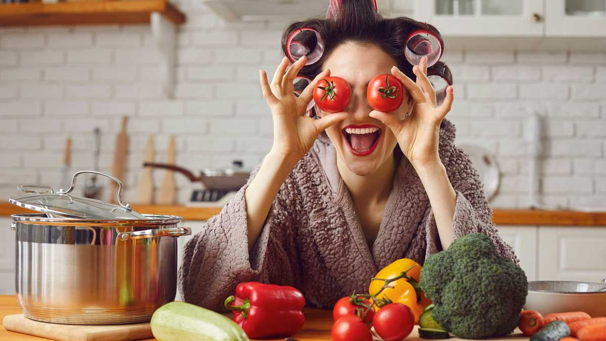 Хозяйка готовит помидоры бигуди улыбка