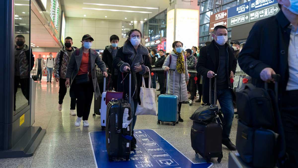 Китай аэропорт люди в масках china airport