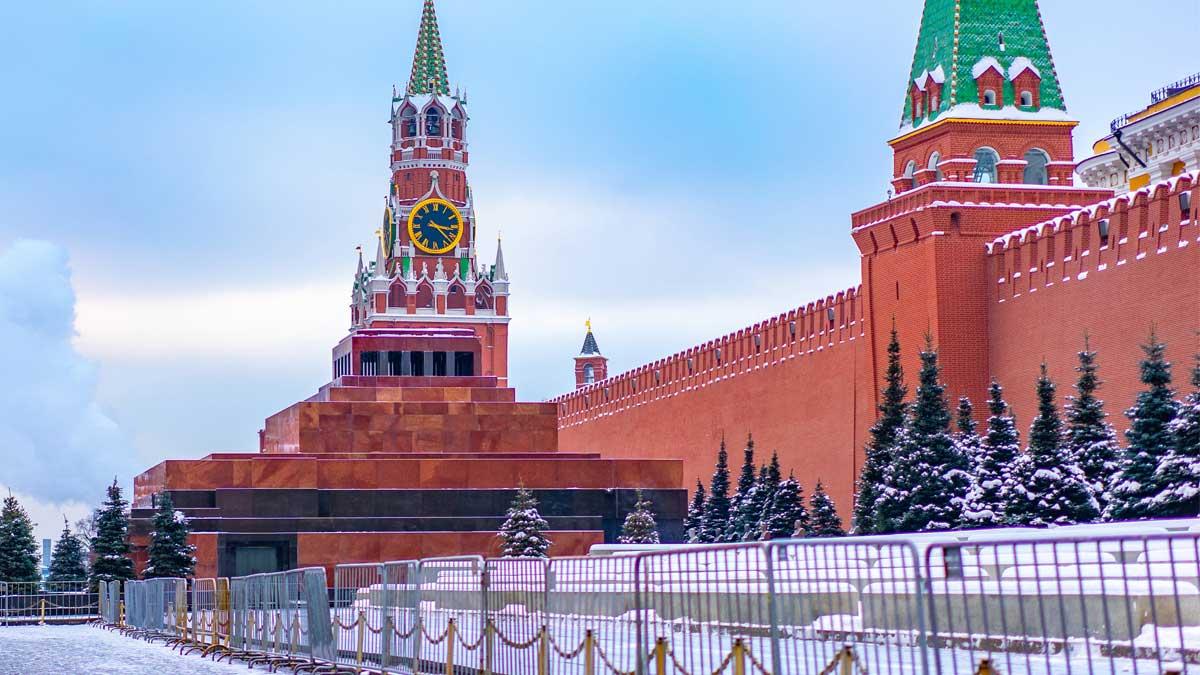 Кремль снег башня елки