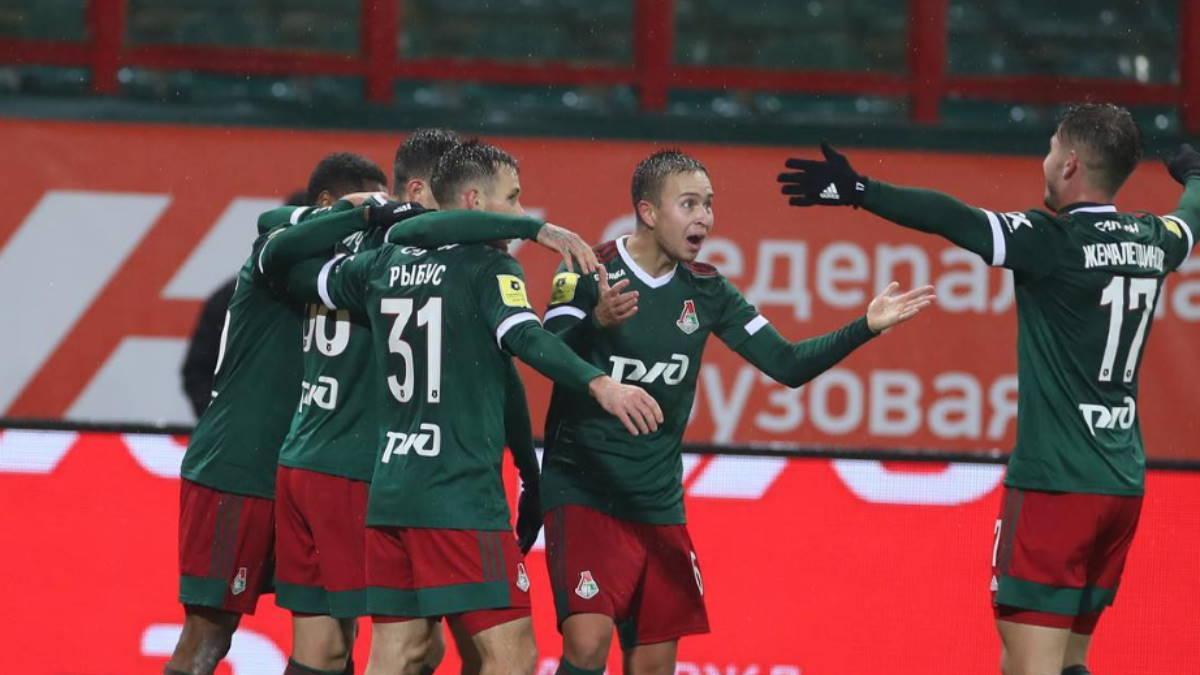 Локомотив футболисты радуются