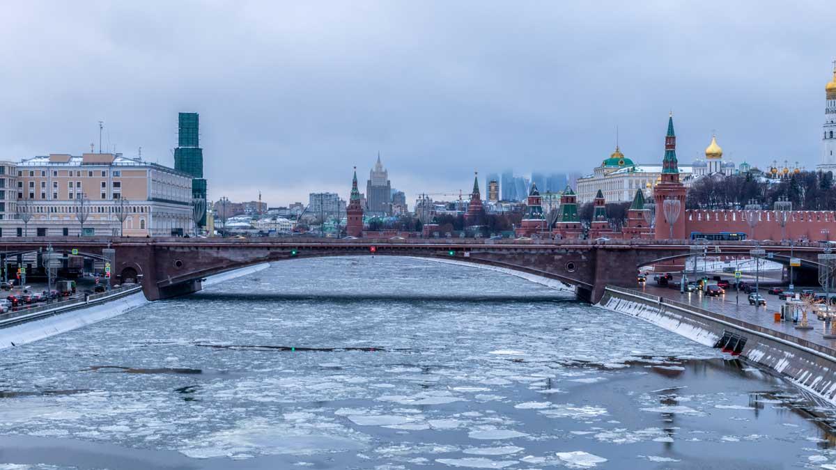 Москва тает снег река мост